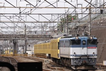 2010年5月10日、新秋津、発車したEF65-1067+2071Fの貨物列車。