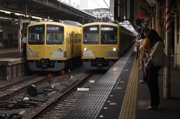 2010年6月18日、所沢、左が1311Fの4605レ。右は通過する295F+1239Fの上り回送列車。