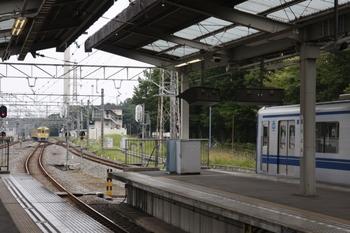2010年6月20日、玉川上水、中央奥が車基から駅へ向かう2013F。