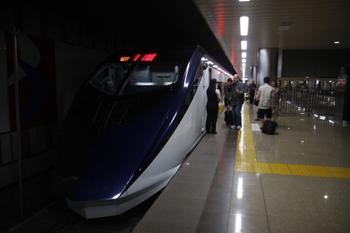 2010年7月19日、成田空港、終端から見た発車を待つAE4編成。
