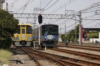 2010年8月28日 11時58分頃、南入曽車両基地の入り口、臨時列車2本の並び。