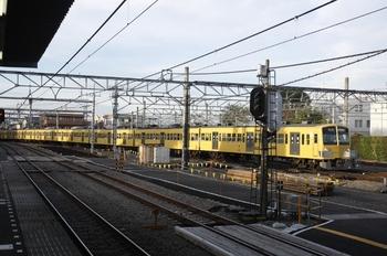 2010年9月7日、所沢、新宿線下りから4番ホームへ入る1301Fの8602レ。