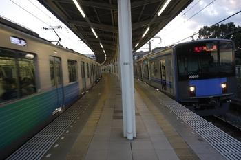 2010年11月3日 16時39分頃、入間市、5番ホームで発車を待つ20106Fの臨時急行 池袋ゆき。