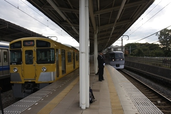 2010年11月3日、入間市、右が発車した10103Fの上り特急28レ。
