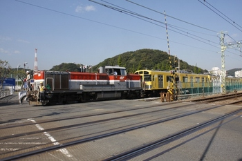 2010年11月6日、京急 神武寺駅近く、発車したDE10-1667+2079F。