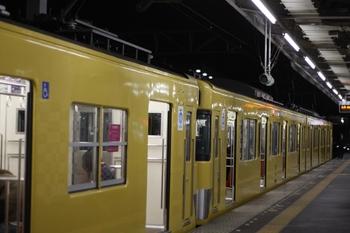2010年11月11日、西所沢、発車を待つ6195レの2413F+2461F。