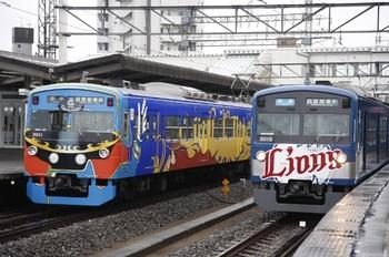 2010年11月23日、西所沢、発車を待つ3015Fの臨時快速(右)。