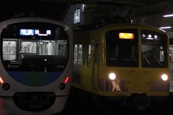 2010年11月26日、所沢、発車した2分遅れの3310レ(左)と到着する6分遅れの2261レ(右)。