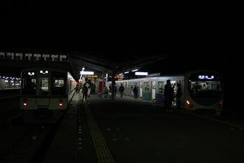 2010年12月3日 21時54分頃、西武秩父、右が38107Fの各停 池袋ゆき。