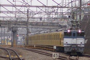 2010年12月13日 8時28分頃、新秋津、EF65-1095+2091Fの甲種鉄道車両輸送貨物列車。