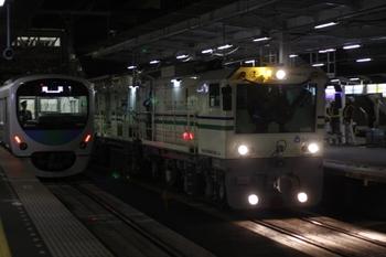 2010年12月25日、所沢、3番ホームを通過するレール削正車。