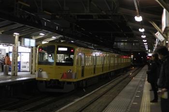 2011年1月18日 19時50分頃、所沢、1番ホームを通過する263Fの新宿線・下り回送