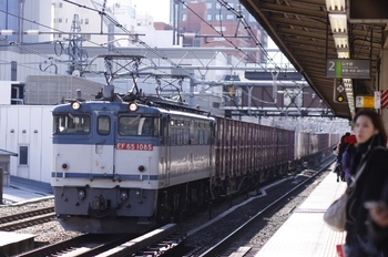 2011年2月13日 11時3分頃、高田馬場、田端へ向かうEF65-1085牽引のコンテナ貨物列車。