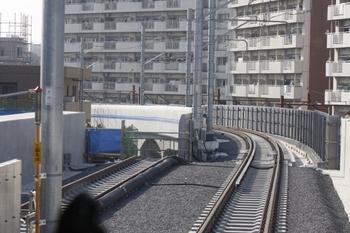 2011年2月27日、萩山~小川、下り列車から府中街道との交差部分を撮影。