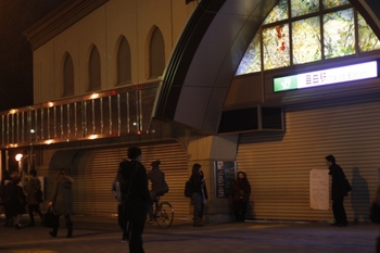 2011年3月11日  18時20分頃、目白、出入り口はシャッターで閉鎖。