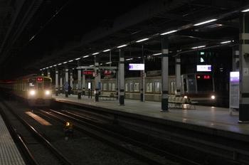 12011年3月11日 20時47分頃、練馬、到着する2079F(左)とメトロ7027Fの下り回送列車。