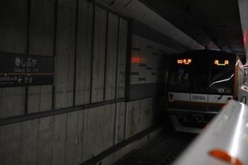 2011年3月12日 10時18分頃、渋谷、発車を待つメトロ10004Fの各停 池袋ゆき(03S運用)。