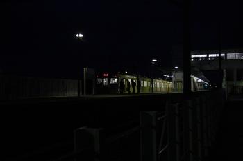 2011年3月15日 5時28分頃、元加治、2071Fの下り回送列車と後部運転台から乗り込む3名。