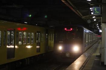 2011年4月5日、所沢、4番ホームを通過する20151Fの下り回送列車。
