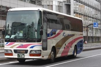 2011年4月8日 13時前、高田馬場駅近くの新目白通り、金沢ゆきの西日本JRバス。