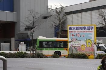 2011年4月8日 12時すぎ、高田馬場駅前、ローターリーに知事選虚をPRするトラックが止まっていました。