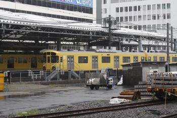 2011年5月29日 11時ころ、池袋、JRホームから西武の駅構内を見る。