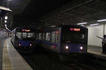 2011年8月7日、狭山市、右が始発の臨時 急行の20108F。