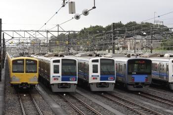 2011年9月5日 6時15分頃、小手指車両基地、右側の6000系が6103F。