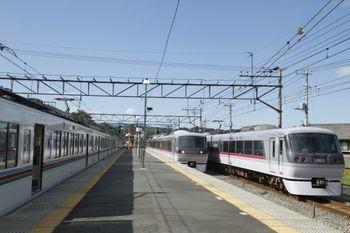 2011年9月24日 13時44分頃、横瀬、10000系2本(回送・臨時特急)と4000系(下り各停)の並び。