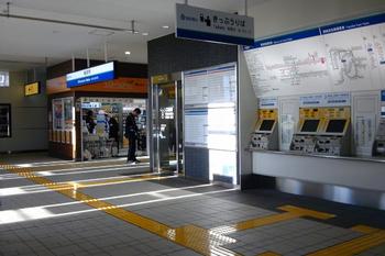 2011年10月4日、椎名町、橋上自由通路から見た改札口。