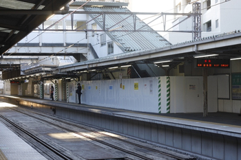 2011年10月4日、椎名町、上りホーム飯能方から下りホームを見る。