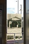 2011年10月4日、椎名町、橋上自由通路の窓の「椎名町物語」