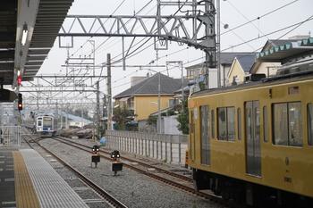 2011年10月9日 6時21分頃、保谷、右は3番ホームに停車中の2104レ。奥が2番ホームへ向かってくる元・6704レの上り回送列車。