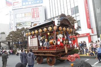 2011年10月9日、所沢駅前、駅前広場の山車でお囃子や天狐がありました。