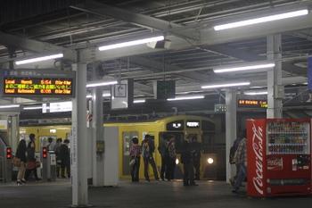 2011年10月23日 5時43分頃、西所沢、上り方から入線の球場前ゆき2501F+2503F。