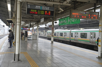 2011年11月19日 10時57分頃、池袋、「11時5分発」が先発で「11時0分発」が次発の埼京線・大崎方面ゆき。