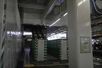 2011年11月19日、所沢1番ホーム、新設される階段の骨組み。