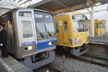 2011年11月26日、東村山、5627レの急行 本川越ゆきと国分寺ゆき2本の並び。