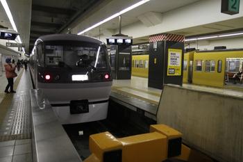 2011年12月3日 11時16分頃、池袋、1・2番ホームへ到着した10102Fの上り回送列車。 title=
