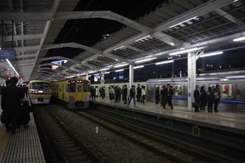 2011年12月12日 19時39分頃、西武新宿、左端が10105Fの臨時特急。