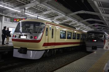 2011年12月12日 19時35分頃、西武新宿、左が10105Fの臨時特急。