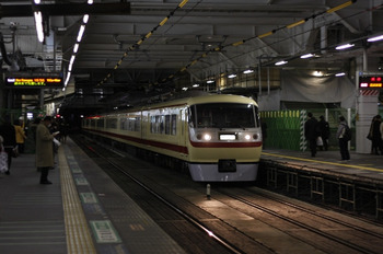 2011年12月13日 18時52分頃、所沢、通過する10105Fの上り回送列車。