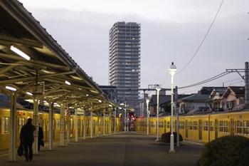 2011年12月28日 6時35分頃、豊島園、右が到着した3003F。車内は消灯している。
