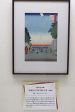 2012年1月6日、東京地下鉄池袋駅構内に展示される歌川広重の「名所江戸百景 霞かせき」