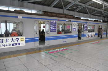 2012年1月22日、石神井公園、クハ6158の側面の東京富士大学車体広告。