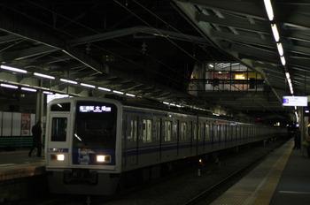 2012年2月1日、清瀬、上り2番ホームに到着する下り6439レの6157F。