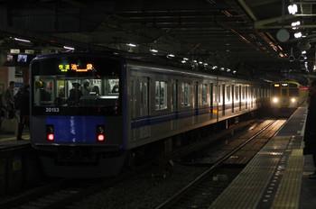 2012年2月7日、所沢、右が遅れて到着の2257レ(9106F)。