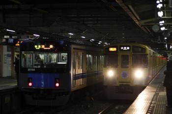 2012年2月8日、所沢、右が3分ほど遅れの2257レ(9104F)。