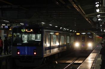 2012年2月9日、所沢、右が遅れの2257レ(9108F)。