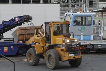 2012年2月12日 6時40分頃、西武の池袋駅ホームから見たJR東日本の保線機械前の作業。